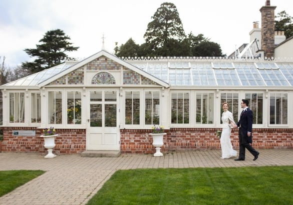 https://www.airfield.ie/wp-content/uploads/2019/04/wedding-couple-at-Airfield-Estate-min.jpg